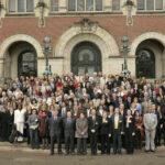 Photo des participants à la XXI Session diplomatique de la Conférence de La Haye de droit international privé lors de laquelle la Convention du 23 novembre 2007 sur le recouvrement international des aliments destinés aux enfants et à d'autres membres de la famille a été adoptée. Le canadien Philippe Lortie est le premier à gauche sur la première ligne.