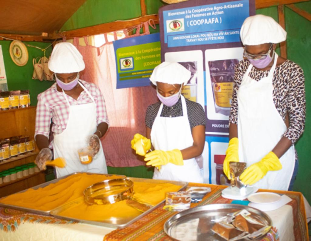 Stagiaires de la Faculté des Sciences Agronomiques de l' UPSEJ faisant la mise en sachet de la poudre de curcuma.