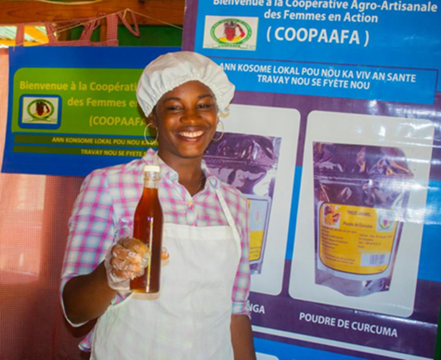 Une stagiaire faisant la promotion de la consommation du Yakimyel distribué par la COOPAAFA.