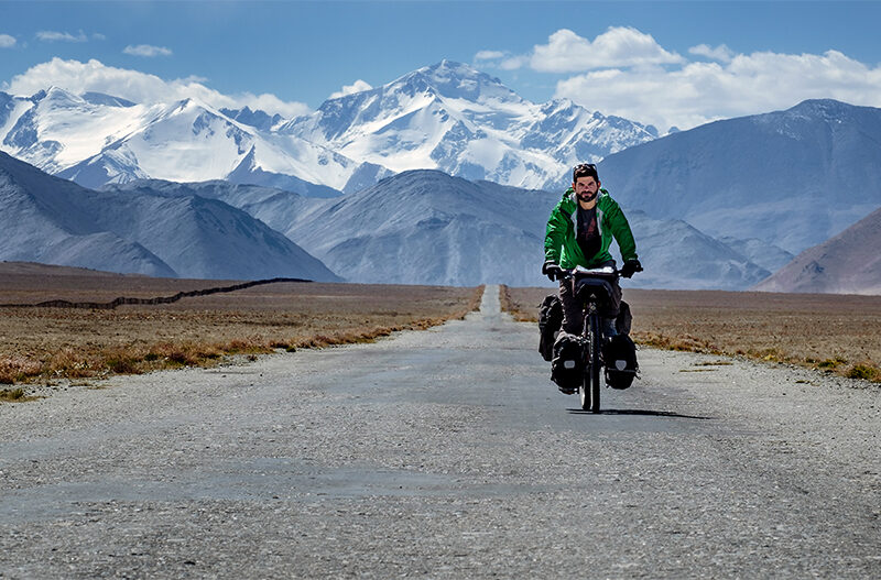 Airbnb, Jonathan B. Roy, vélo, autour du monde